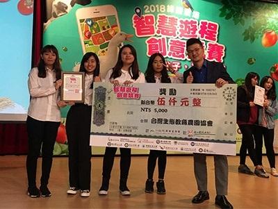龍華科大觀光系羅印呈老師指導學生,以「探索慢活森林王國」獲導覽遊程組三獎佳績。