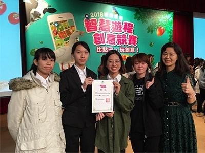 龍華科大觀光系鍾涓涓老師與獲得優選獎學生合影。