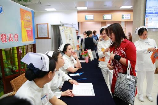 從事護理工作十八年的林小姐特地請購新書與剛從護專畢業的女兒分享