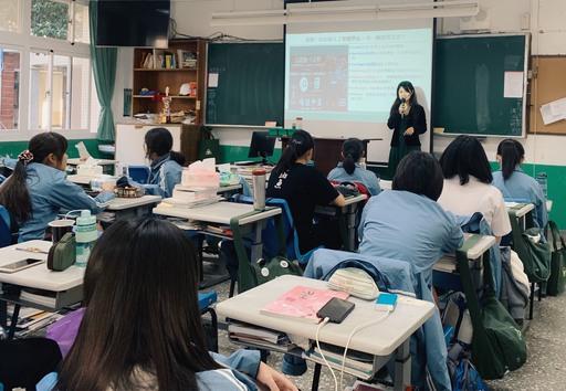 中信金融管理學院企管系副主任王珊彗於台南女中多元課程介紹人工智慧學系,並透過活動來練習文宣設計
