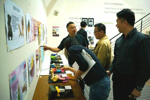 商設系范浩承老師說明該系進修部二年級作品設計方針與教學目的。