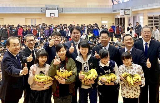 小學生與長官對臺蕉的讚賞(大合照)