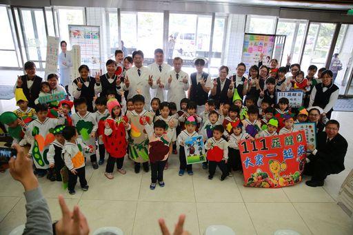 花蓮慈院副院長吳彬安、何宗融、羅慶徽帶領醫護同仁與大愛幼兒園的小朋友,一起分享來自經思精舍師父準備的臘八粥。
