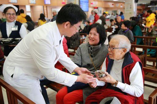 花蓮慈院副院長何宗融為91歲的李爺爺送上臘八粥。