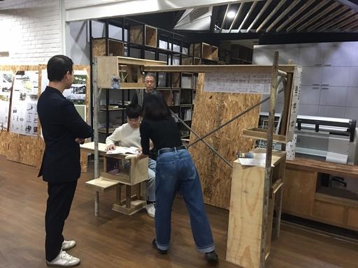 室設系同學嚐試從社區關懷出發,提出1:1空間實體構築作品。