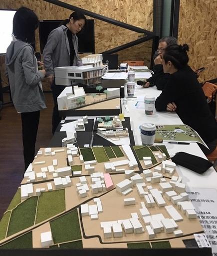 室內設計系同學向課評委員老師解說空間設計概念及議題。