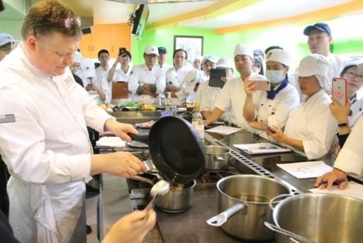 圖為料理示範講座學員們認真聆聽主廚的示範
