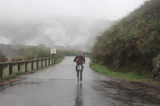 陽明山超馬今晨開跑,跑者在雲霧裡挑戰經典風櫃嘴路線。