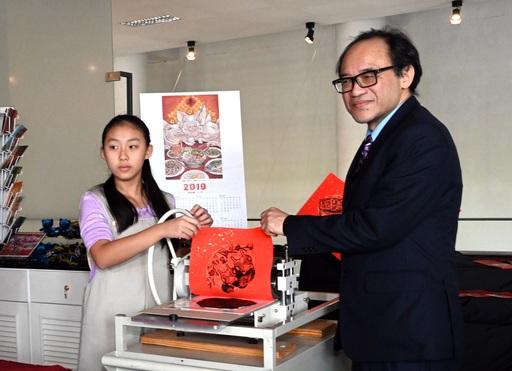 國美館林志明館長與兒童遊戲室學員共同示範斗方印製