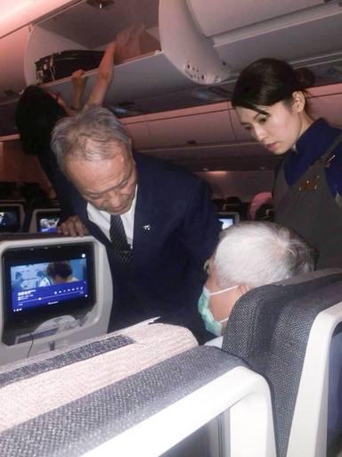 2018年9月,林俊龍執行長實際在從印尼飛回台灣的華航班機上,幫助一名有需要的乘客。