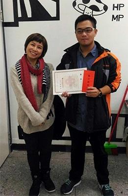 龍華科大文創系陳芳順奮發學習,獲中華工程司勵志獎學金,推薦老師湯怡琇也為他開心。