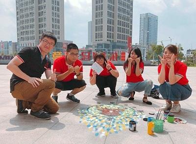 陳芳順(左2)和系上林念鞍老師及同學,參加江蘇東方1號工業設計大賽,師生獲集體創作二等獎。
