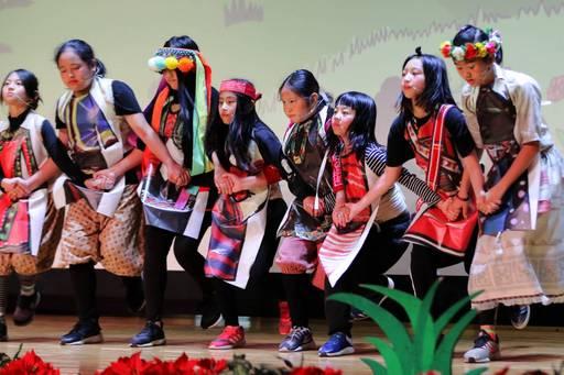 桃園復興比亞外部落的小演員們於舞台上賣力演出,讓歷史教育變得饒富趣味與深度