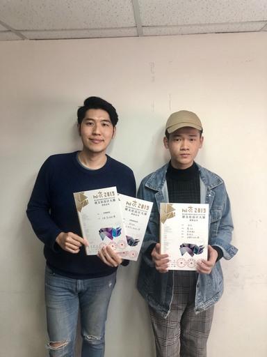 景文科大視傳系學生葉力宏(右)以恭祝豬年作品榮獲銀獎、劉冠辰老師(左)獲得優秀指導老師獎。