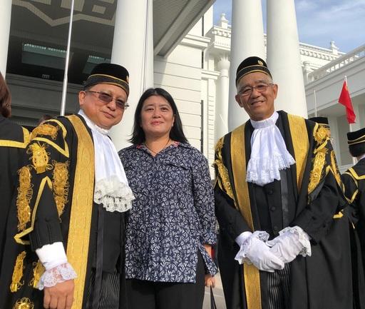 謝若蘭教授接受邀請擔任沙巴與沙勞越的年度司法活動之特別嘉賓,於新增建的法院大廈前留影。照片左起:馬來西亞聯邦法院的首席大法官 Richard Malanjum、謝若蘭教授、沙巴與沙勞越大法官 David Wong Dak Wah