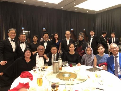 研討會參與之法律專業人士超過350人,司法年度開幕晚宴則超過50桌之盛況。照片前排左起:謝若蘭教授(左一)、退休法官(第一位沙巴籍的沙巴與沙勞越大法官)Datuk Douglas Cristo Primus Sikayun(左二)、馬來西亞聯邦法院的首席大法官 Richard Malanjum(左三)、沙巴與沙勞越大法官 David Wong Dak Wah(右一)