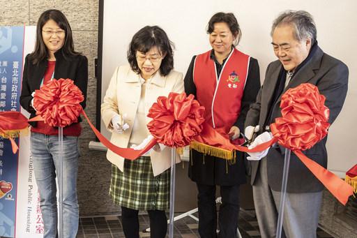 圖一:(左起)台北市社會救助科陳科長、社會局鄭主秘、區永亮牧師共同剪綵。
