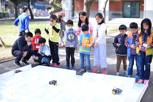 元培健康促進社帶西門國小學生如何控製車輛行走