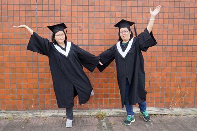 剛從大葉大學視傳系畢業的許倚瑄(右)、許芷瑋(左),是來自馬來西亞的親姊妹