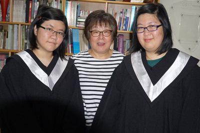 大葉大學視傳系的馬來西亞學生許倚瑄(右)、許芷瑋(左),與易映光老師(中)合影