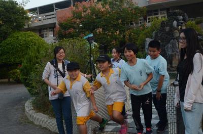 大葉大學生資系學生帶領村東國小學生在遊戲中認識生態保育
