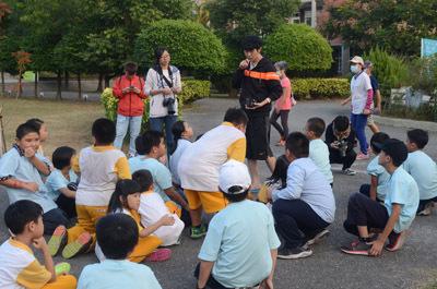 大葉大學生資系學生到村東國小推動環境教育