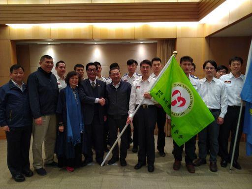 新北市政府消防局將派員參加2019年「JEMS緊急救護競賽」,於今(13)日市政會議開始前由市長親自授旗予參賽隊伍。