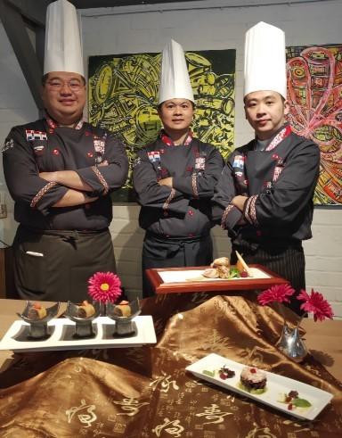 元培餐管系老師陳麒文與選手在作品前合影