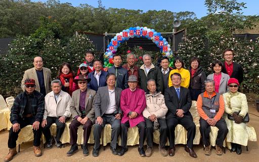 農曆新年連假後的第一個周末,就到新竹中華大學旁的佳信茶花園走春賞茶花