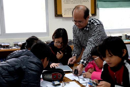 正修數位學伴「職業試探FUN科學營」,小朋友了解各行業蘊含物理與化學原理