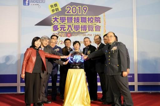林正介副校長(左二)代表主持台中區「大學暨技職校院多元入學博覽會」開幕式。