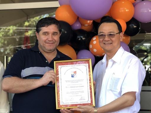 費南若市市長Alcides Riveros(左)頒發榮譽狀給周麟大使(右)。