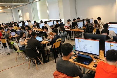 中金院辦理AI程式創客營,讓原本專精於「金融」、「管理」專長之學子們,亦具備有基礎之程式設計能力、AI應用能力與商業智慧數據分析能力,期盼於全校扎根AI程式教育。