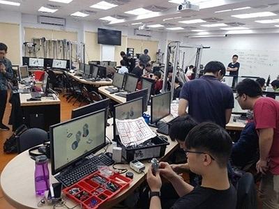 龍華科大「人工智慧/物聯/邊緣運算聯合實驗室」啟用後,邀請LEGO原廠講師授課實作。