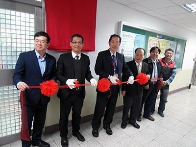 龍華科大楊安渡助理副校長(左3),邀請研華科技副總經理林其鋒(左2)、訊維科技總經理陳威洲(左1)等產學合作夥伴共同揭牌。