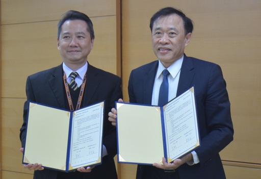 萬能科大莊暢校長(右)與熊航公司總經理朱光宙代表雙方簽訂產學合作意向書