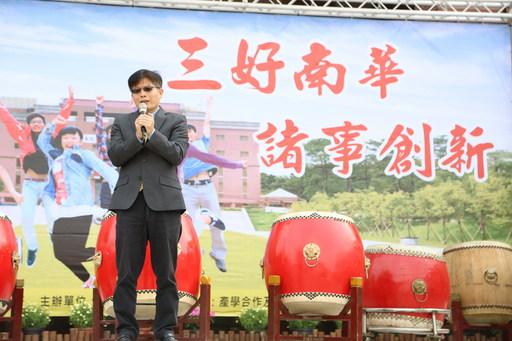 南華大學舉辦校園徵才,76家廠商進駐提供近萬職缺,勞動部勞動力發展署雲嘉南分署劉邦棟署長致詞勉勵。