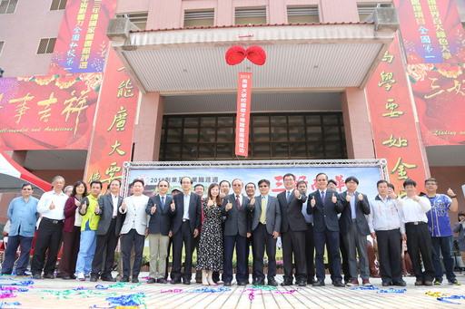 南華大學舉辦校園徵才,76家廠商進駐提供近萬職缺,開幕典禮貴賓雲集大合照。