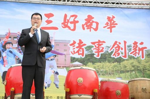 南華大學舉辦校園徵才,76家廠商進駐提供近萬職缺,大林鎮簡志偉鎮長致詞。