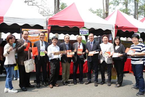 南華大學舉辦校園徵才,76家廠商進駐提供近萬職缺,並推出「創業好點子募資競賽」活動,師長及貴賓前往參與票選並勉勵學生。