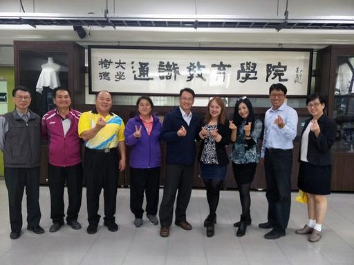 圖說二:曾宗德院長(左五)暨教師團體與王志郁主播(左六)