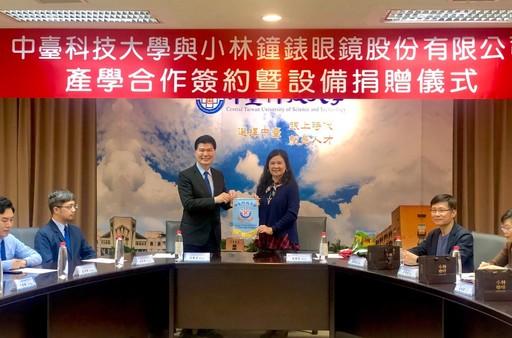 張騰達總經理(左)、陳錦杏副校長(右)致贈校旗