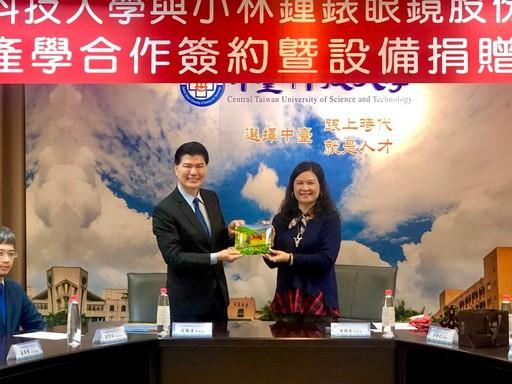 張騰達總經理(左)、陳錦杏副校長(右)致贈校景瓷盤