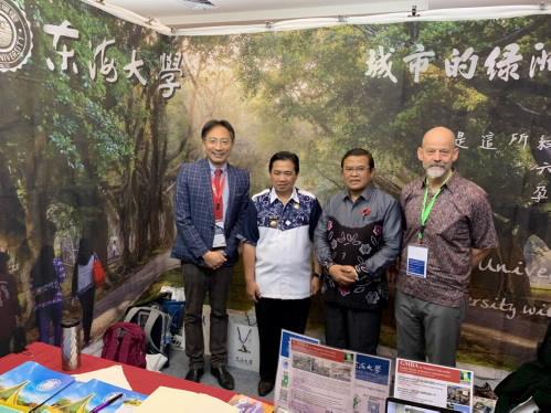 馬辰市市長Ibnu Sina先生(左二)、ULM大學校長Sutarto Hadi教授(左三)於東海大學攤位合影。
