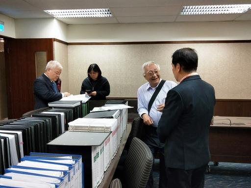 委員進行資料檢閱II