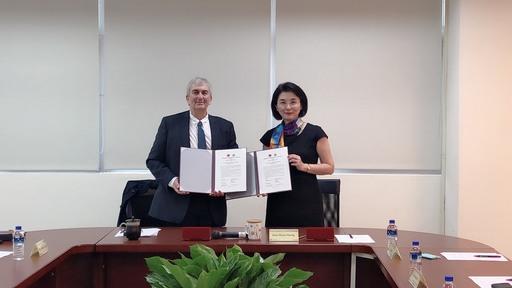 景文科大校長洪久賢(右)與義大利佛羅倫斯藝術大學副校長Alessandro Spagl(左)共同展示簽署合作備忘錄。
