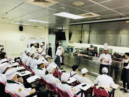 景文科大邀請義大利講師為餐飲系學生示範課桯教學。