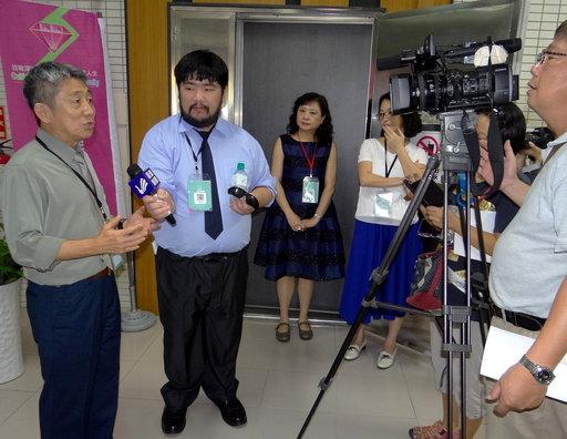 方力行講座教授接受媒體訪問。