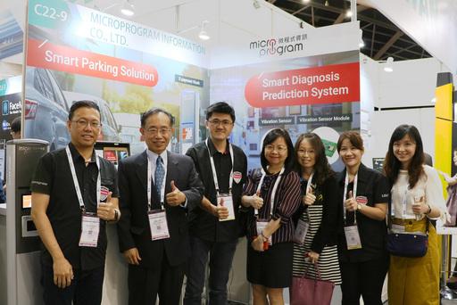 微程式資訊參加IoT Asia展覽,與駐新加坡台北代表處經濟組陳寬享組長(左二)、外貿協會長官合影