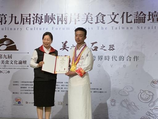 景文科大學生徐炳坤(右)獲得最高榮譽兩岸十大名廚獎章,由花蓮縣長徐榛蔚(左)親自頒發奬項。